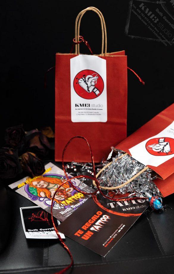 KM13 studio - VALE REGALO. Bolsa con pegatinas, chupachups y VALE de 50€ para descontar en el Tatuaje que hagas con Ruth Cuervilu en KM13 Studio .