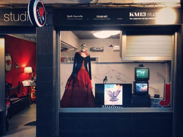 Recientemente hemos renovado el escaparate para mostrar los tatuajes que hace Ruth Cuervilu en KM13 Studio.