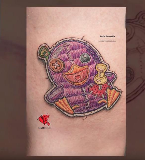 Tatuaje Parche Bordado en realismo de Pato patoso – por Ruth Cuervilu Tattoo en KM13 Studio