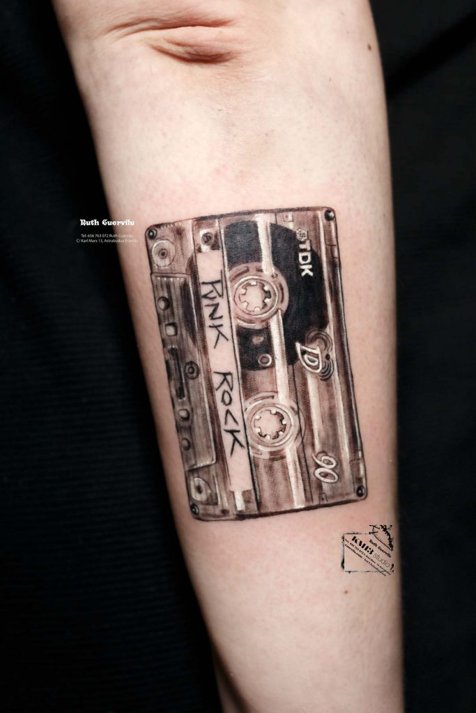 Tatuaje Casette Punk Rock TDK 90 - Ruth Cuervilu Tattoo - KM13 Studio - estudio de tatuajes erandio astrabudua bilbao bizkaia