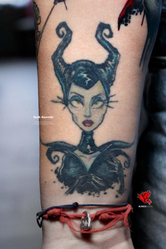 Tatuaje Malefica MALVADAS Disney - Ruth Cuervilu Tattoo - KM13 Studio - estudio de tatuajes erandio astrabudua bilbao bizkaia Alef Vernon curado