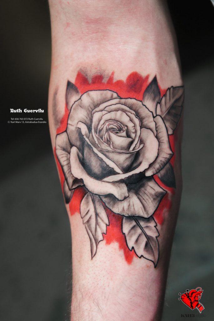 Tatuaje Rosa Realista y Fondo Rojo - ruth cuervilu tattoo km13 studio - estudio de tatuajes erandio astrabudua bilbao bizkaia